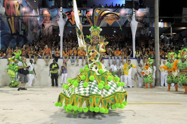 Imperatriz Leopoldinense comemora 52 anos de existncia levando samba e sade para a Sapuca com enredo 