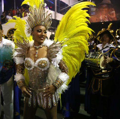 Rainha de bateria da Portela, Sheron Menezes entrou emocionada na avenida ao lembrar incêndio na Cidade do Samba, que destruiu 3 mil fantasias da escola (6/3/2011)