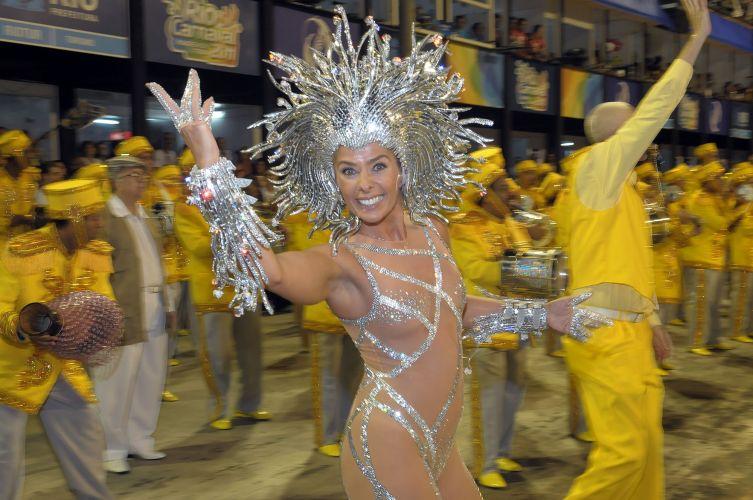 Adriane Galisteu se prepara para entrar na Sapucaí como Medusa (06/03/2011). A apresentadora desfilou como rainha de bateria da escola