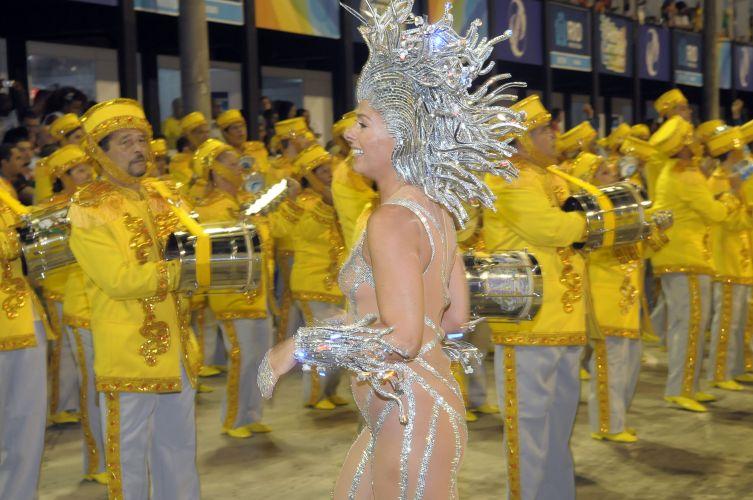 Rainha de bateria da escola, Adriane Galisteu se prepara para entrar na Sapucaí como Medusa (06/03/2011)