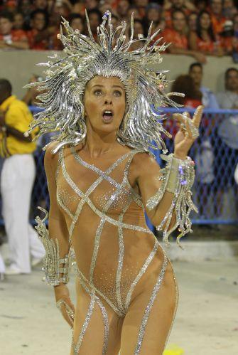 Caracterizada como Medusa e usando um esplendor com mais de 20 mil cristais, a apresentadora Adriane Galisteu desfila à frente da bateria da Tijuca (06/03/2011)