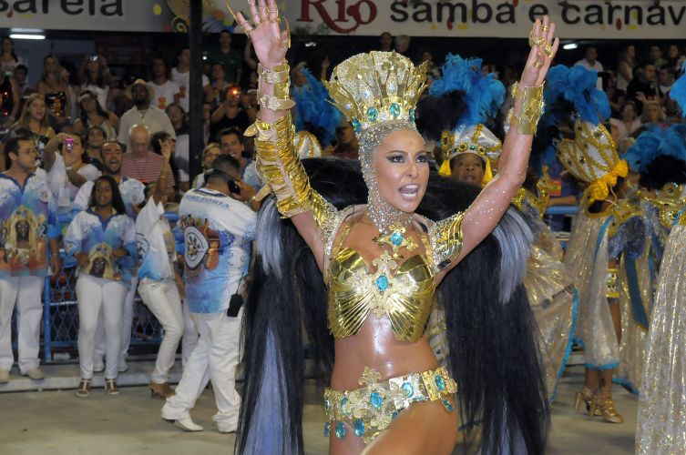 Sabrina Sato, rainha de bateria da escola, na concentrao do desfile (06/03/2011)