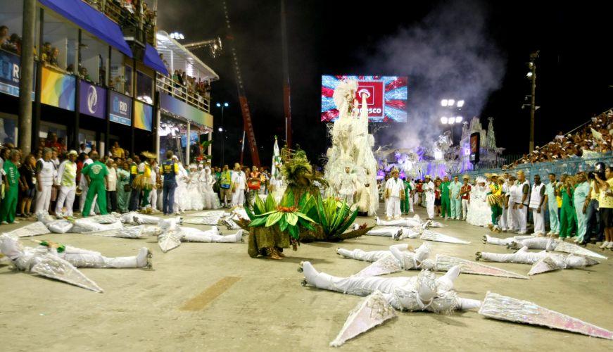 Usando patins, integrantes da comissão de frente da Mocidade fazem coreografia na Sapucaí (07/03/2011)