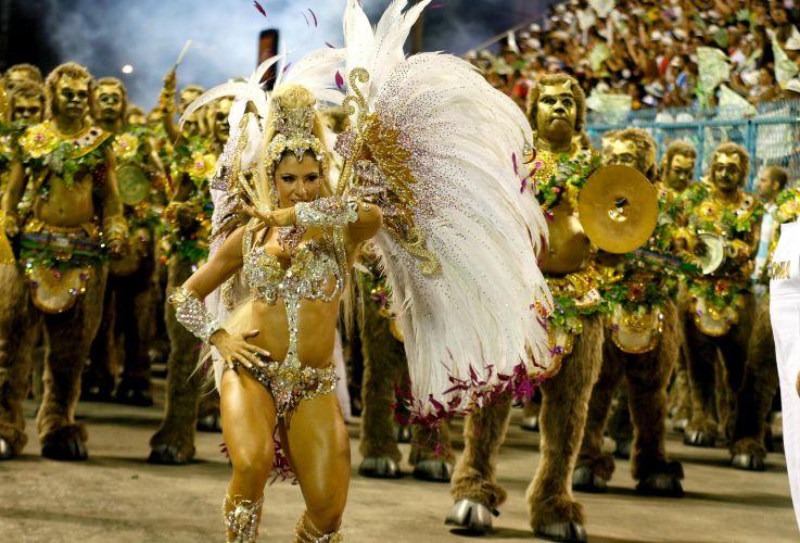 Rainha de bateria da escola, Andrea de Andrade desfila na Sapucaí (07/03/2011)