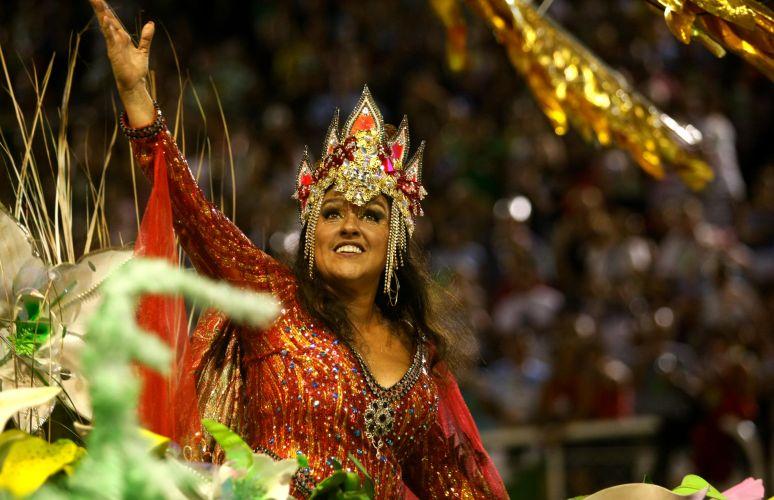 A apresentadora Regina Casé desfila como Grande Estrela Incandescente (07/03/2011)