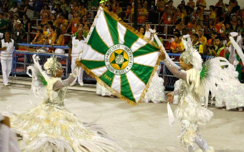 Mestre-sala e porta-bandeira da escola desfilam na Sapucaí (07/03/2011)