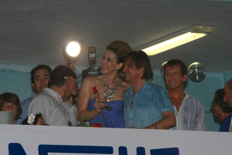 O cantor Roberto Carlos, homenageado da escola de samba Beija-Flor de Nilópolis no Carnaval 2011, visita pela primeira vez a quadra da escola, no Rio de Janeiro (4/2/2011). A atriz Cláudia Raia, que desfilará com Edson Celulari e os filhos, também compareceu ao ensaio