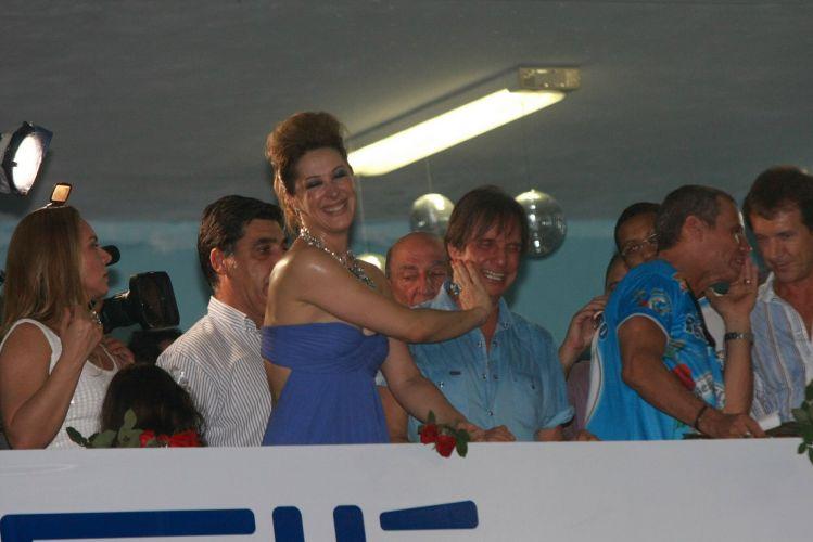 O cantor Roberto Carlos, homenageado da escola de samba Beija-Flor de Nilópolis no Carnaval 2011, visita pela primeira vez a quadra da escola, no Rio de Janeiro (4/2/2011). A atriz Cláudia Raia, que desfilará com Edson Celulari e os filhos, também compareceu ao ensaio. A atriz trocou carinhos e risadas com o cantor