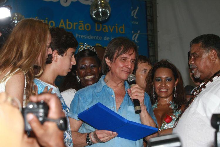 O cantor Roberto Carlos, homenageado da escola de samba Beija-Flor de Nilópolis no Carnaval 2011, visita pela primeira vez a quadra da escola, no Rio de Janeiro (4/2/2011). O cantor disse que