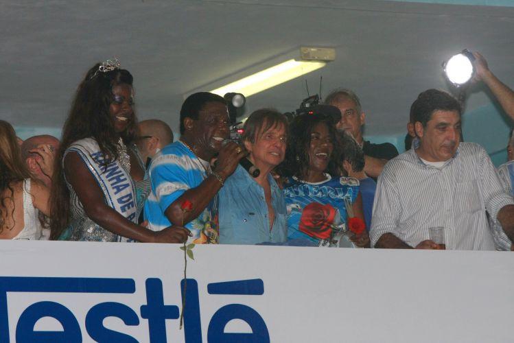 O cantor Roberto Carlos, homenageado da escola de samba Beija-Flor de Nilópolis no Carnaval 2011, visita pela primeira vez a quadra da escola, no Rio de Janeiro (4/2/2011). Roberto cantou clássicos de sua carreira como