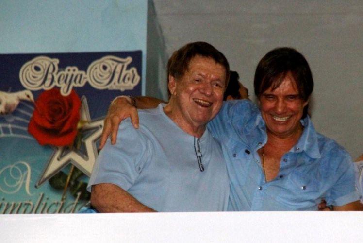 O cantor Roberto Carlos, homenageado da escola de samba Beija-Flor de Nilópolis no Carnaval 2011, visita pela primeira vez a quadra da escola, no Rio de Janeiro (4/2/2011). Roberto cumprimenta o empresário Boni (esq.) durante o ensaio