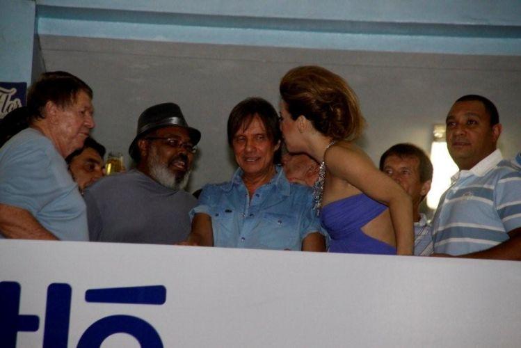 Da esquerda para a direita, Boni, Jorge Aragão, Roberto Carlos e Cláudia Raia acompanham ensaio da escola de samba Beija-Flor de Nilópolis, que homenageia Roberto com o enredo