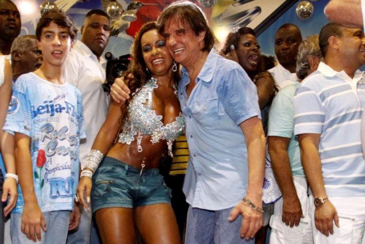 Roberto Carlos abraça a rainha de bateria da Beija-Flor, Raíssa Oliveira durante ensaio da escola de samba Beija-Flor de Nilópolis na quadra da escola, no Rio de Janeiro (4/2/2011)