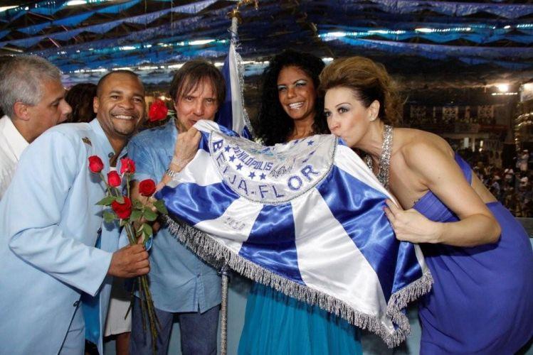 O cantor Roberto Carlos, homenageado da escola de samba Beija-Flor de Nilópolis no Carnaval 2011, visita pela primeira vez a quadra da escola (4/2/2011). A atriz Cláudia Raia, que desfilará com Edson Celulari e os filhos, também compareceu ao ensaio