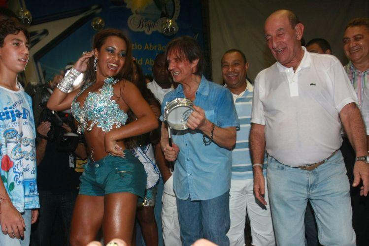O cantor Roberto Carlos, homenageado da escola de samba Beija Flor de Nilópolis no Carnaval 2011, visita pela primeira vez a quadra da escola (4/2/2011). A atriz Cláudia Raia, que também desfilará com Edson Celulari e os filhos, também compareceu ao ensaio