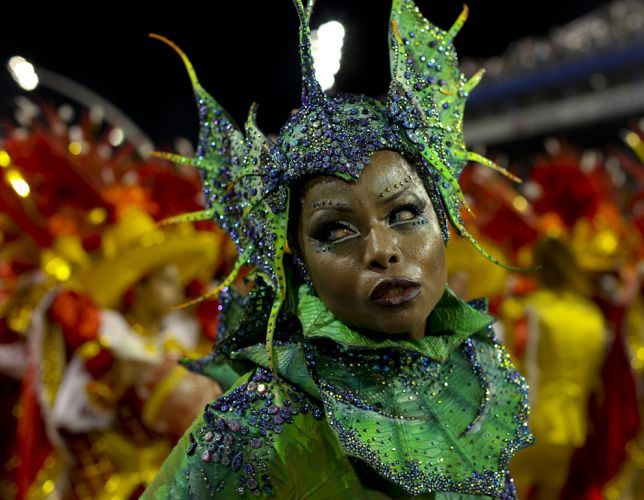 Adriana Bombom desfila à frente da bateria da Tom Maior, que fala sobre São Bernardo do Campo neste Carnaval. A dançarina representou uma iguana (04/03/2011)