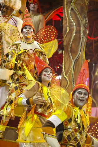 Integrantes de alegoria da escola desfilam na sexta-feira que abre o Carnaval de São Paulo (04/03/2011)