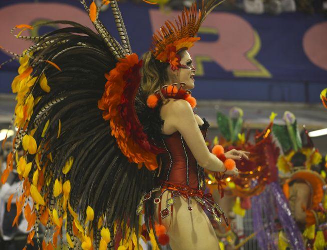 Luiza Ambiel, destaque da escola, desfila no Anhembi (04/03/2011)
