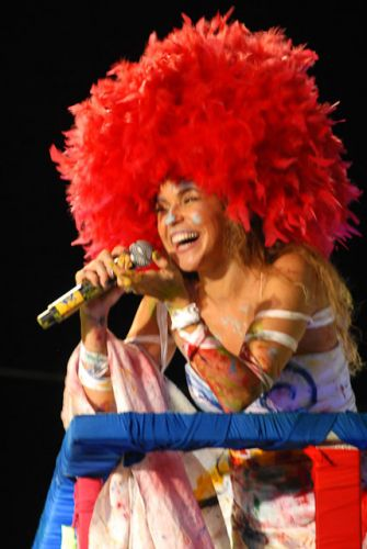 Com vestido pintado por artista durante a apresentação, Daniela Mercury anima foliões do bloco Crocodilo no circuito Barra-Ondina, no Carnaval em Salvador (06/03/2011)
