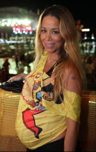 Danielle Winits exibe o barrigão de sete meses durante a festa de lançamento do Camarote Skol, em Recife, Pernambuco, na noite da última terça-feira (1/3/11)