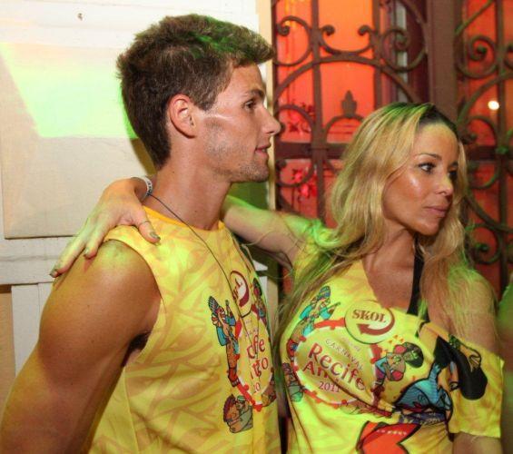 Os atores Danielle Winits e Jonatas Faro se divertem durante a festa de lançamento do Camarote Skol, em Recife, Pernambuco, na noite da última terça-feira (1/3/11)