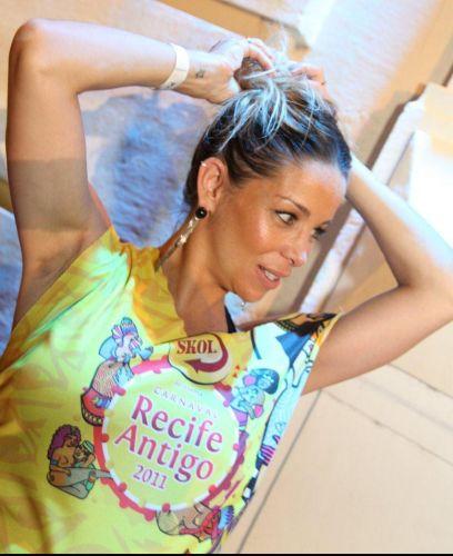 Para diminuir o calor, Danielle Winits prende o cabelo com um coque durante a festa de lançamento do Camarote Skol, em Recife, Pernambuco, na noite da última terça-feira (1/3/11)