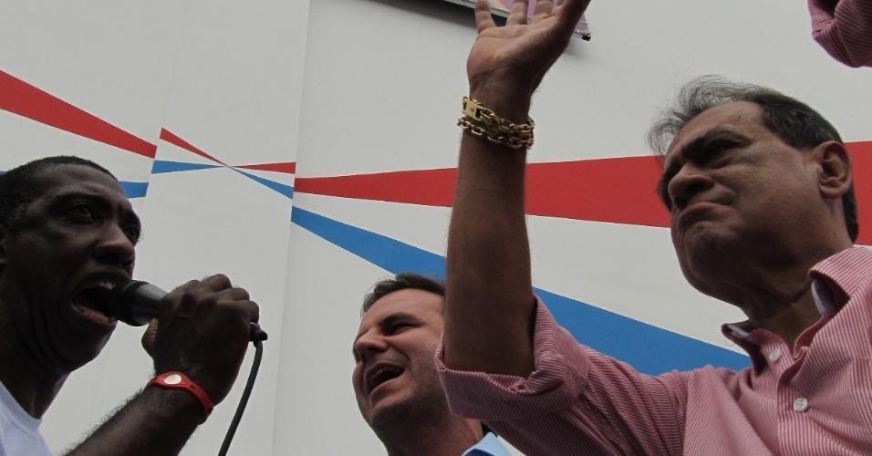 Ito Melodia canta ao lado do prefeito Eduardo Paes e do presidente da escola, Ney Filardi, na reinauguração da quadra neste domingo (18/12/11)