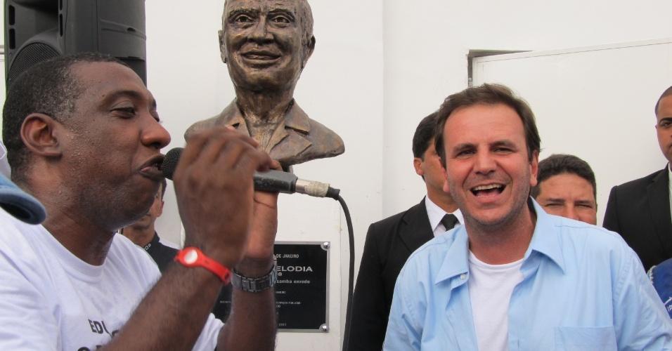 Ao lado do puxador Ito Melodia, o prefeito Eduardo Paes inaugura busto do intérprete Aroldo Melodia, falecido em 2008, na nova quadra da escola (18/12/11)