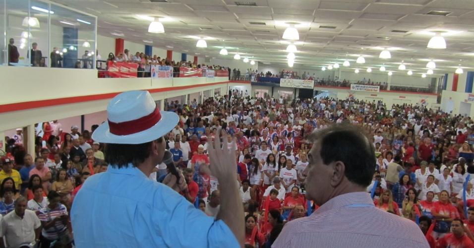 Eduardo Paes discursa ao lado de Ney Filardi, presidente da União da Ilha, na reinauguração da quadra da escola de samba neste domingo (18/12/11)