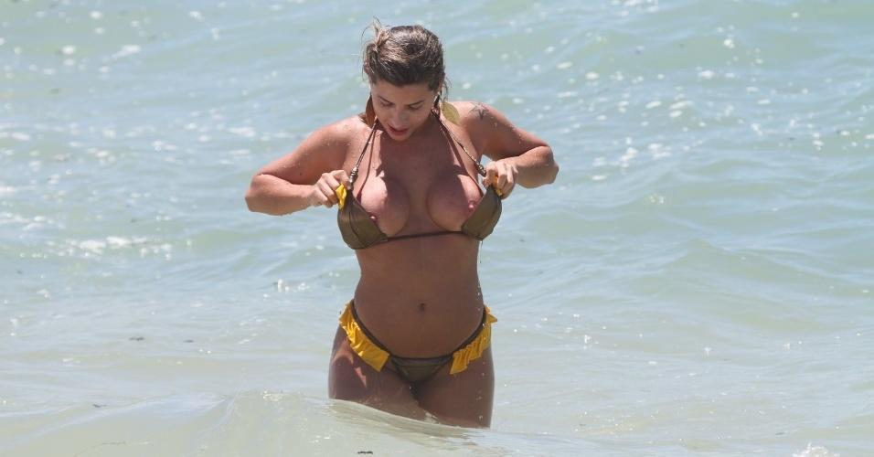 Ana Paula Minerato deixa escapar os seios em banho de mar no Rio de Janeiro (03/01/12)
