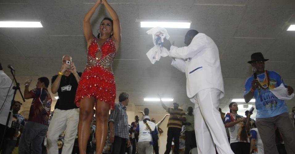 Eleita pela oitava vez como rainha da bateria, Bruna Bruno se emociona com o título