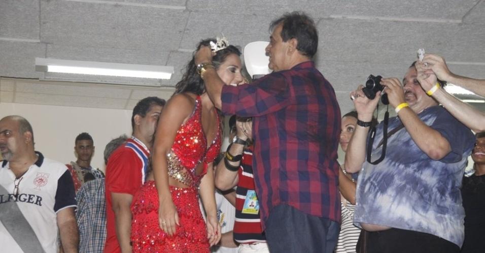 Ney Filardis entrega a coroa a Bruna Bruno