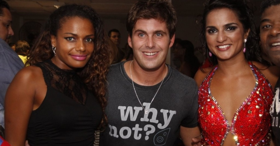 Quitéria Chagas e Bruna Bruno posam para fotos com público