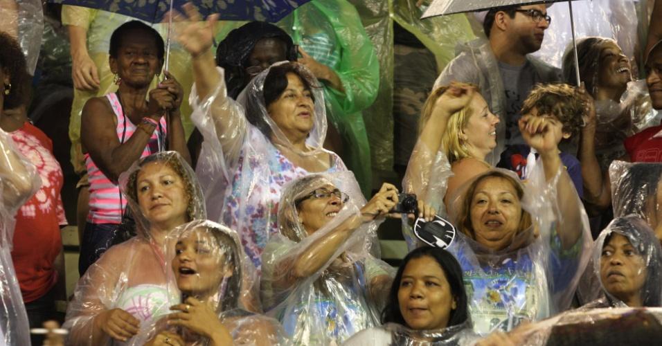 Mesmo com chuva, o público compareceu ao sambódromo da Sapucaí, no Rio de Janeiro, neste domingo (8) para prestigiar o ensaio técnico da Beija-Flor