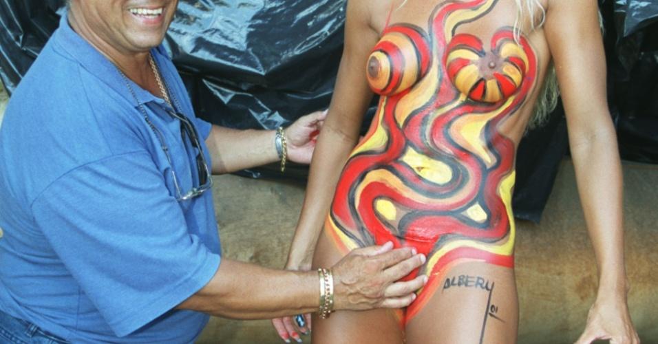 O ex-marido de Ângela, o cirurgião plástico Ox Bismarchi, em foto de 2001, antes de ser assassinado, exibe o corpo de sua mulher, Angela, esculpido com várias lipos e operações plásticas, antes de desfile da escola de samba Caprichosos de Pilares