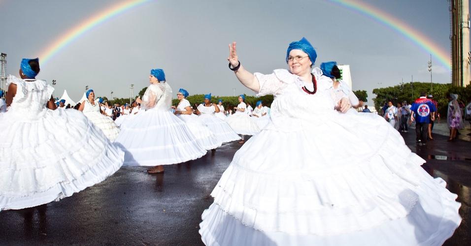 Baianas ensaiam na tarde deste sábado (14) para o desfile da escola Pérola Negra