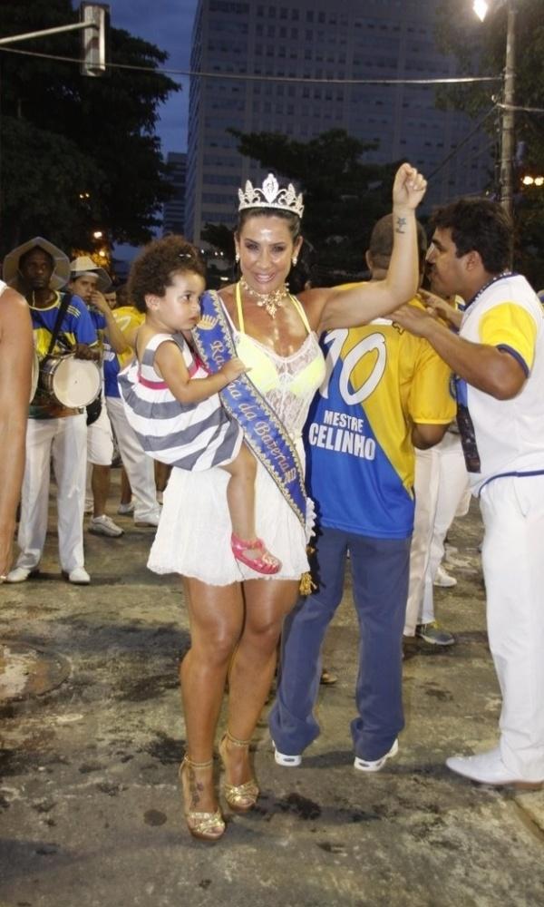 Sheila Carvalho e sua filha Giulia participam de ensaio técnico da escola de samba Paraíso do Tuiuti