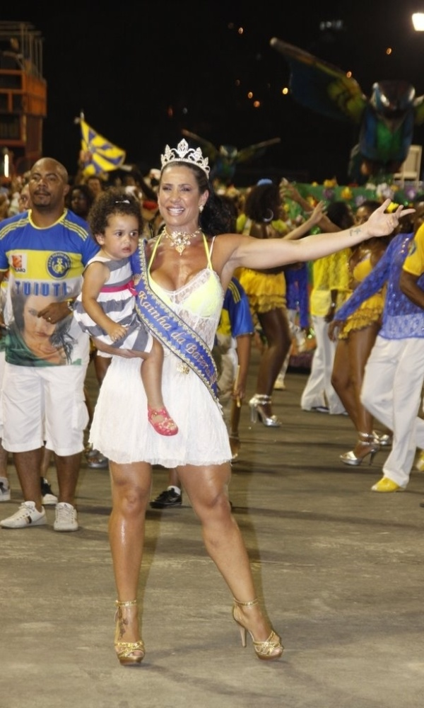 Sheila Carvalho e sua filha Guilia participam de ensaio técnico da escola de samba Paraíso do Tuiuti