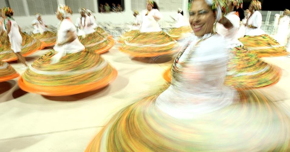 Ala das baianas da Mocidade Alegre faz ensaio técnico no sambódromo do Anhembi (14/1/12)