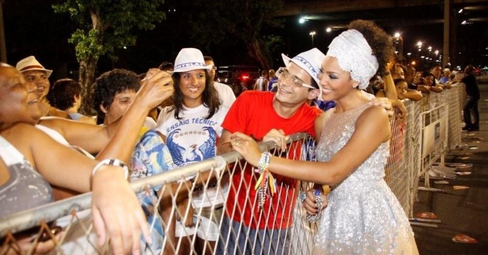 Fãs tiram fotos com Sheron Menezes em ensaio técnico da Portela