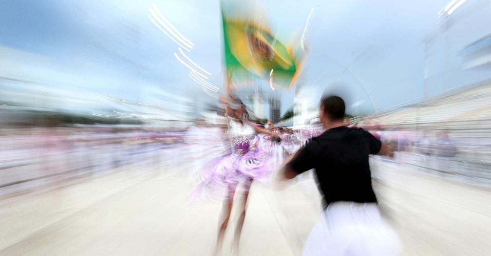 Mestre sala e porta bandeira fazem ensaio técnico da Pérola Negra no Anhemi