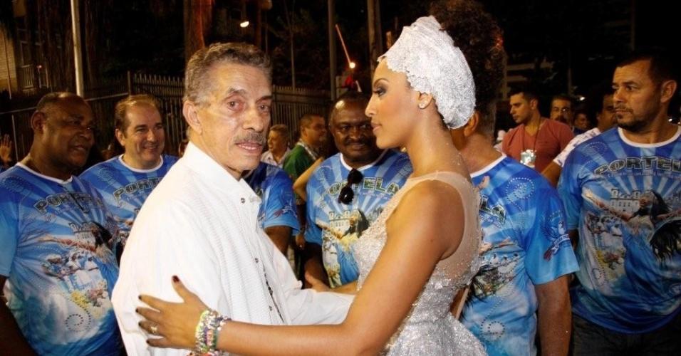 Rainha da Portela, Sheron Menezes conversa com Nilo Mendes Figueiredo, presidente da escola, durante ensaio técnico