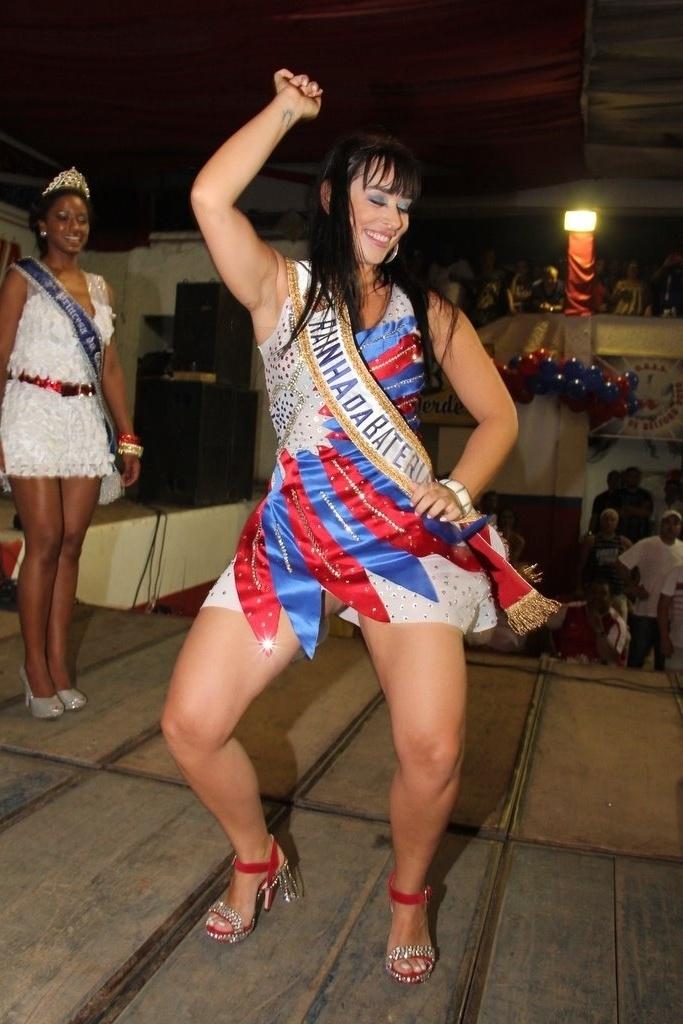 A atriz Luciana Picorelli foi coroada rainha de bateria da escola de samba carioca Inocente de Belford Roxo na terça-feira (17/01/12)