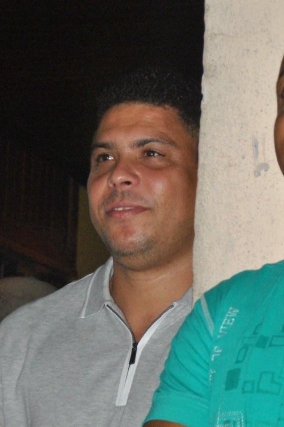 O ex-jogador Ronaldo Fenmeno compareceu nesta tera-feira (17/01/12) ao show do cantor Magary Lord, em Salvador. Ele curtiu o show do camarote