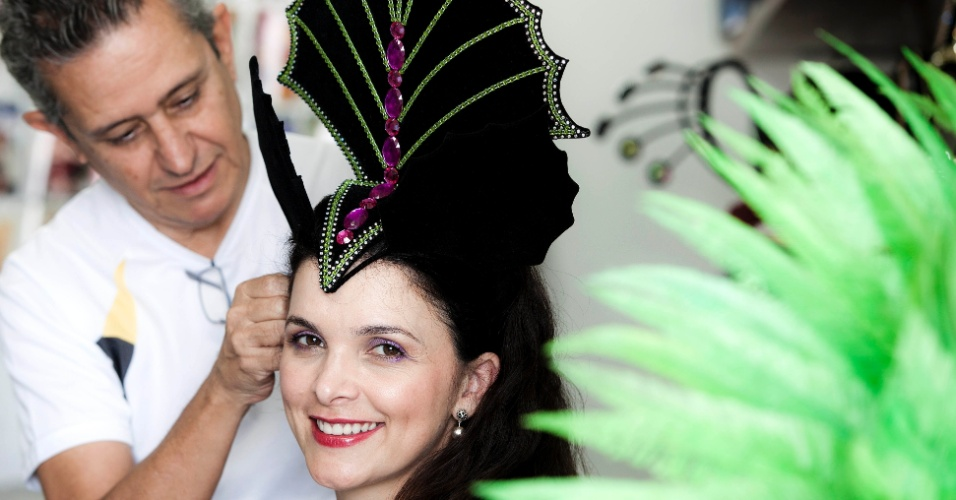 A atriz Luiza Ambiel, que será musa de três escolas de samba em 2012, experimentou fantasias em São Paulo na segunda-feira (16/01/12). Na foto, ela veste a fantasia que vai usar no desfile da Tom Maior.