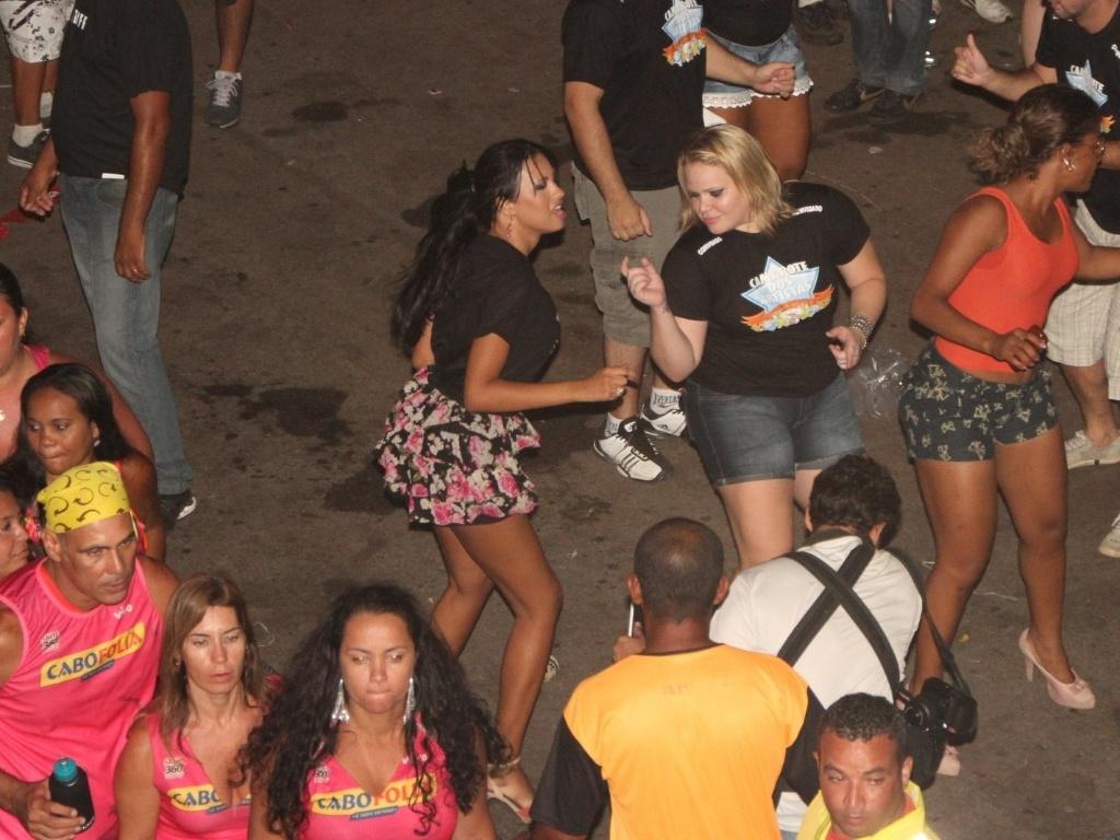Participantes do BBB 11, Ariadna e Paula compareceram ao show de Jammil e Uma Noites na quinta-feira (19/01/12) no Cabofolia, em Cabo Frio (RJ)