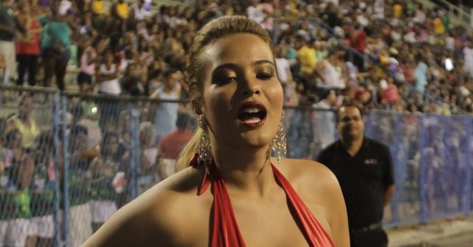 Com macacão vermelho colado ao corpo, Geisy Arruda participa do ensaio técnico da Porto da Pedra  (21/1/12)