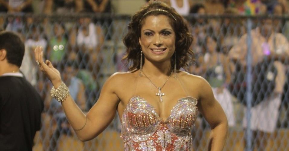 Com um micro vestido brilhante, Dani Sperle samba no ensaio técnico da Porto da Pedra