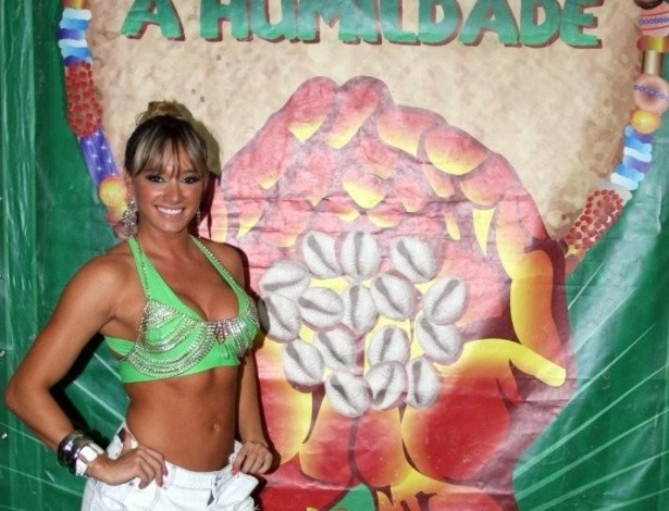 Ex-panicat Juju Salimeni samba de shortinho e top na quadra da Mancha Verde (21/1/12)
