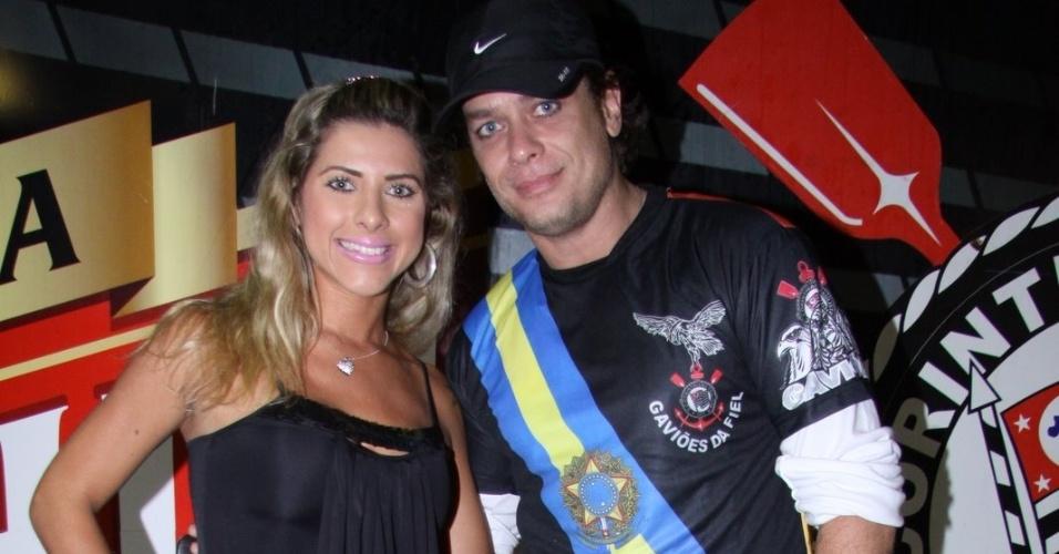 Fábio Assunção posa com musa da Gaviões da Fiel, Ana Paula Minerato